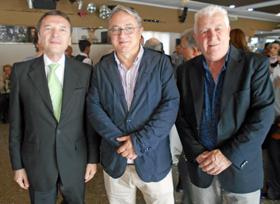 El diputado García Mira (centro), junto a José Mª Vila Alén y Juan Manuel Posada, presidente del Centro Asturiano de Buenos Aires.