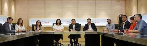 El presidente de Asturias, Javier Fernández (centro), dirige la gestora del PSOE con otros nueve compañeros del partido.
