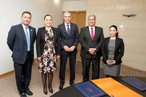 Francisco Conde (centro) y Kathya Elizabeth Torres (a su lado) posan con el resto de componentes de ambas delegaciones presentes en la reunión.