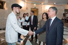 El lehendakari Iñigo Urkullu saludando a los jóvenes del exterior.