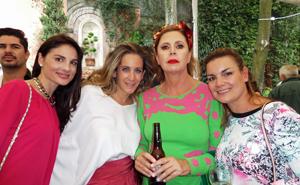 La diseñadora Ágatha Ruiz de la Prada, segunda por la derecha, estuvo en la recepción.