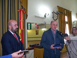 El intendente de Punta Alta, Mariano Uzet, derecha, entregó un presente al cónsul Carlos Tercero.