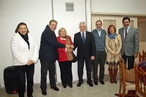Jorge Torres, segundo por la izquierda, entregó la donación de la FIEU a Ángel Domínguez.