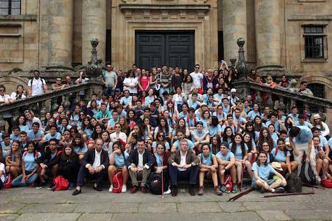 El grupo de jóvenes beneficiarios de 'Conecta con Galicia' posaron con el vicepresidente de la Xunta, Alfonso Rueda, y el conselleiro de Cultura, Román Rodríguez en el monasterio de San Martiño Pinario, en Compostela, junto a los participantes en el programa 'Escolas Abertas'.
