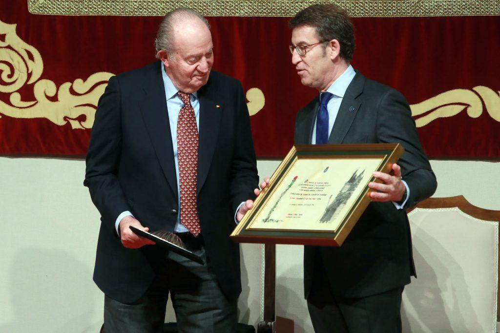 El presidente Núñez Feijóo entregó la distinción al Rey emérito.