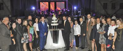 Directivos y socios junto a la tarta del 56 aniversario.
