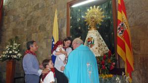 Con el clásico cachirulo en la cabeza, los niños reciben su 'bautizo aragonés'.