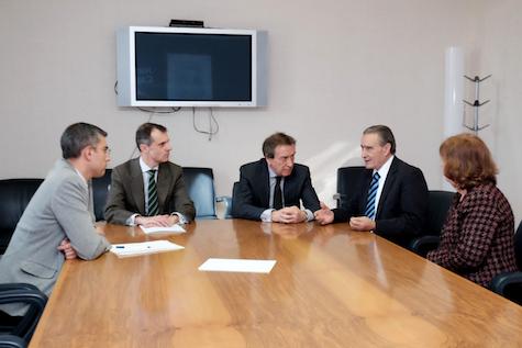 José Antonio de Santiago-Juárez y José Manuel Herrero se reunieron con Pedro Bello en la sede de la Junta en Valladolid.