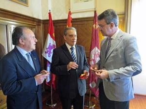Pedro Bello, centro, y Juan Martínez Majo, derecha.