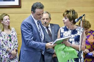 Begoña Serrano entregó un obsequio al alcalde de Torremolinos durante la recepción.
