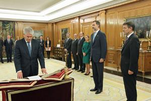 El nuevo ministro de Asuntos Exteriores y Cooperación, Alfonso Dastis, jura su cargo.