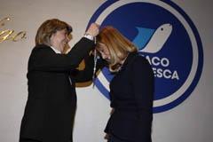 La conselleira do Mar entrega la medalla de Plata a Carmen Fraga.