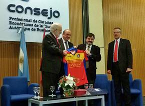 El embajador de España (izquierda) entrega una camiseta del Deportivo Español al rector de la Universidad de Belgrano.