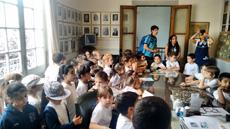 Los niños en la visita por la sede de la Sociedad Española.