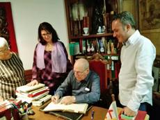 Pedro Trigo firmando en el Libro de Honor del Centro Galego de Barcelona.