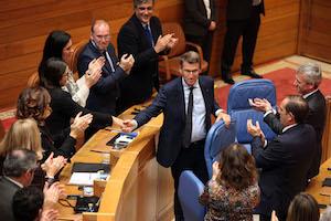 Alberto Núñez Feijóo recibe el aplauso y la felicitación de los miembros del Gobierno gallego en funciones y del grupo parlamentario del PPdeG tras su reelección como presidente de la Xunta.