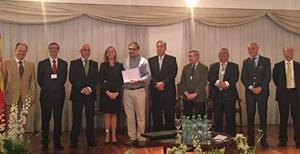 Del Corral y Miras Portugal entregaron los diplomas a los participantes del Congreso.
