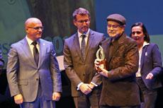 José Sousa Gómez (dcha.) recibió el premio de manos de Alberto Núñez Feijóo.