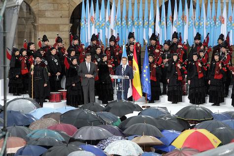 Núñez Feijóo se dirige al público asistente al acto de celebración en la Plaza del Obradoiro.