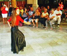 En la velada participaron bailarinas de la sociedad.