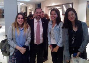 Henrique Monteagudo con alumnas del Instituto Santiago Apóstol.
