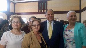 Luis Guillermo Solís con un grupo de socias de la entidad.