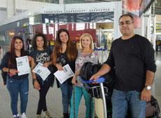 De derecha a izquierda, José Cobos, María José Hueltes y las tres voluntarias en el aeropuerto de Málaga justo antes de partir hacia Alemania.