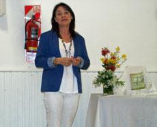 La autora en un momento de la presentación.