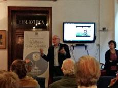 Un momento de la charla de Xavier Castro en el Centro Galego de Barcelona.