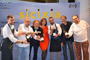 Ignacio Vilar, tercero por la izquierda, con los actores protagonistas de la película y los chefs que participaron en la presentación.