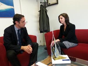 El director del Igape, Javier Aguilera, con la agregada para asuntos económicos de la Embajada de Estados Unidos en España, Elise Brumbach.