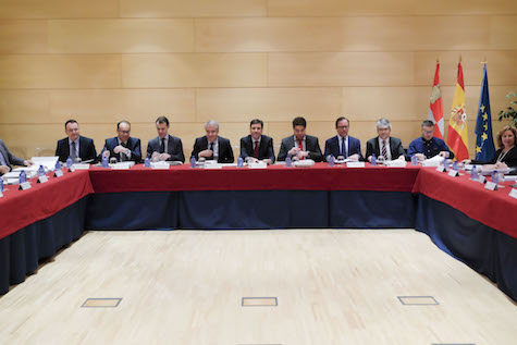 Imagen de la reunión del Consejo de Políticas Demográficas que presidió el consejero de Empleo, Carlos Fernández Carriedo.