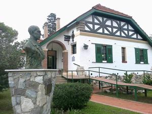 Vista de la Casa-Museo junto a un busto en homenaje al compositor.