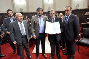 Acto de entrega del título honorífico a Guillermo Eduardo Pilía.