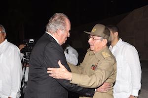 Presencia en los funerales por Fidel Castro. El Rey Don Juan Carlos acudió en representación de España a los funerales por el recibe el expresidente de Cuba, Fidel Castro. El Rey emérito transmitió el pésame al actual líder cubano, Raúl Castro, a su llegada a la Plaza de la Revolución.