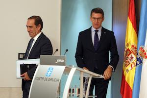 El presidente de la Xunta, Alberto Núñez Feijóo, y el conselleiro de Facenda, Valeriano Martínez, en la rueda de prensa tras el Consello.