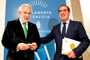El presidente del Parlamento de Galicia, Miguel Santalices, recibió del titular de Facenda, Valeriano Martínez, el proyecto de ley de presupuestos de la Xunta para 2017.