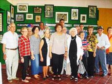 Emelina Aja (centro) rodeada por los participantes en el encuentro.