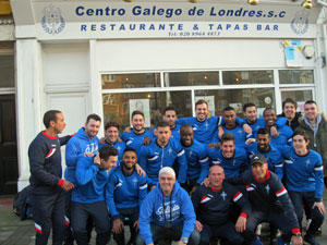 La plantilla del FC Deportivo Galicia delante del Centro Gallego de Londres.
