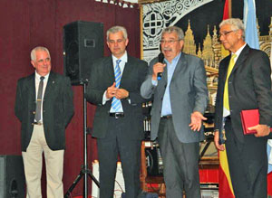 Horacio Pegito, segundo desde la derecha, agradeció con emoción la distinción recibida.