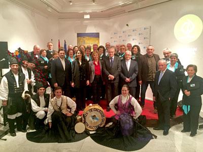 Rodríguez Miranda y José Ramón Ónega con directivos de las entidades gallegas en la Comunidad de Madrid y los grupos que actuaron en el evento.
