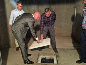 Camba y Seoane sellan el suelo del sótano en donde fue enterrada la cápsula.