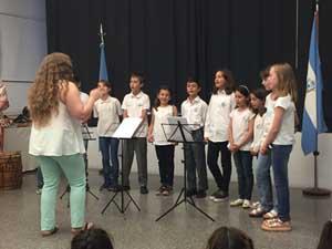 Coro de niños y niñas el día de la celebración.