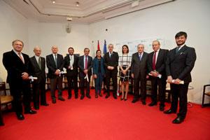 El conselleiro Francisco Conde, quinto por la derecha, con los galardonados.