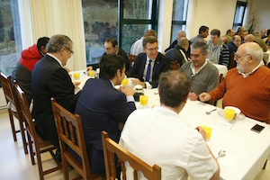 El titular de la Xunta, Alberto Núñez Feijóo, se reunió con los residentes del Hogar de Sor Eusebia, en A Coruña.