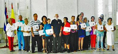 Graduados del 7º curso de galego y ganadores del Concurso Literario 2016 junto a su profesor.