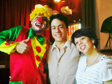 El tenor Bernardo Lichilín (centro) junto la cantante Jeni-Mei y 'El Payaso Cuenterín'.
