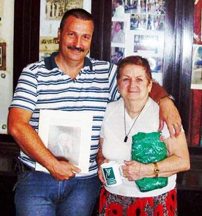 El presidente de la Unión Barcalesa, Manuel Rodríguez, junto a Conchita Suárez.