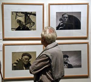 Un emigrante contemplando las fotografías de José Suárez.