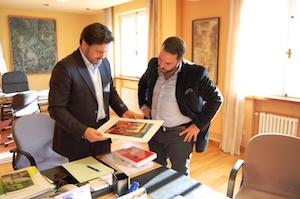 Miranda y Gastón durante la reunión mantenida en el despacho del secretario xeral da Emigración en Santiago de Compostela.